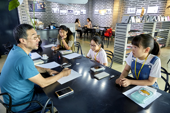 소년중앙 학생기자들과 인터뷰 중인 SI그림책학교 조선경 교수. 왼쪽부터 조선경 교수, 한서연, 김재인, 전지우 학생기자.