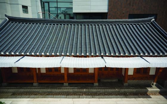 설계사무소 stpmj는 전통 차일을 새롭게 만들어 한옥 처마에 달았다.[사진 아름지기(이종근)]