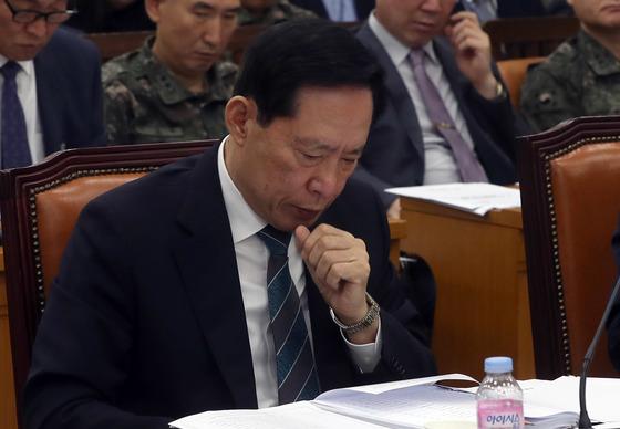 송영무 국방부 장관이 18일 국회에서 열린 국방위원회 전체회의에 참석해 자료를 보고 있다. 강정현 기자