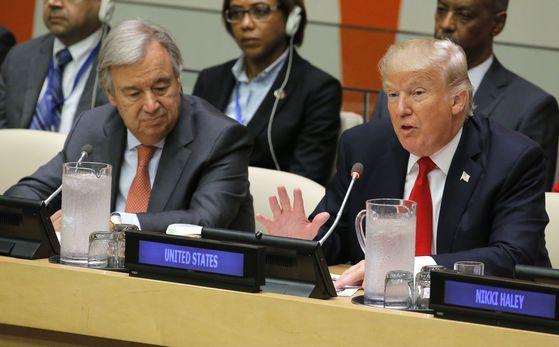 도널드 트럼프 대통령이 18일(현지시간) 안토니우 구테흐스 유엔 사무총장이 지켜보는 가운데 유엔 개혁에 대해 얘기하고 있다. [로이터=연합뉴스]