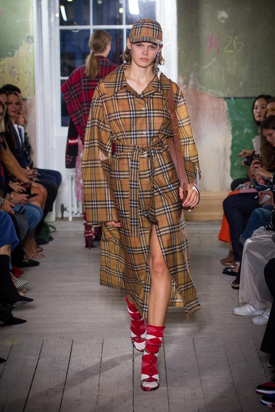 버버리의 빈티지 체크 모자와 코트를 입은 모델.