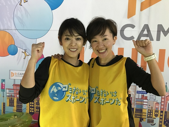 중학교 동창생인 후쿠도메(47·왼쪽)와 우메키타(47)는 일본 '쓰레기 줍기 스포츠 연맹' 규슈 지부장이다. 9월 16일 한국에서 처음으로 열린 쓰레기 줍기 대회 심판으로 참석했다.'쓰레기 줍기는 스포츠다'라는 연맹의 모토가 담긴 티셔츠를 입고 있다.