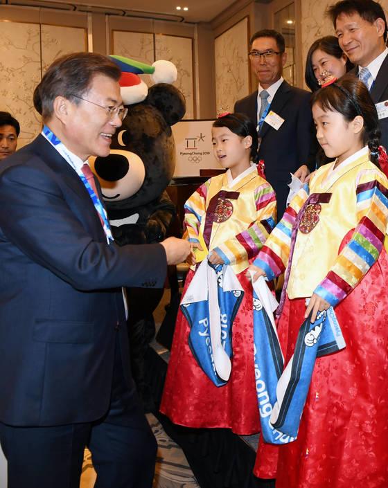 문재인 대통령이 18일 오후(현지시간) 미국 인터콘티넨털 뉴욕 바클레이에서 열린 동포간담회에서 한복을 차려입은 어린이들과 인사를 나누고 있다. 김상선 기자