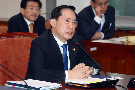 송영무 국방부 장관이 19일 국회 법제사법위원회에 참석해 의원 질의에 답하고 있다. 강정현 기자