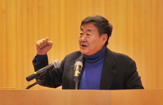 김준기 동부그룹 회장이 자신감 있는 표정으로 주먹을 불끈 쥔 모습. 신년 임원워크숍에서 특강을하던 중 찍힌 사진이다. [사진제공 동부그룹]