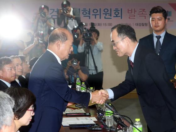 문무일 검찰총장(오른쪽)이 검찰개혁위 발족식에서 송두환 위원장과 악수하고 있다. 최정동 기자