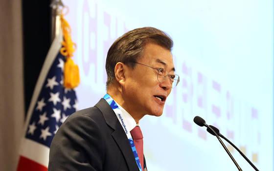 문재인 대통령이 18일 오후(현지시간) 미국 인터콘티넨털 뉴욕 바클레이에서 열린 동포간담회에서 발언하고 있다. [청와대합동취재단]