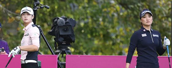 지난 16일 에비앙 챔피언십 2라운드에서 함께 경기를 한 유소연(오른쪽)과 박성현. 지난해 대회에서 똑같은 스코어(17언더파)를 기록한 두 선수는 올해 한국 선수 원투 펀치로 자리잡았다. 두 선수는 세계 최고의 자리를 놓고 치열한 경쟁을 벌이고 있다. [사진 LG전자=연합뉴스]