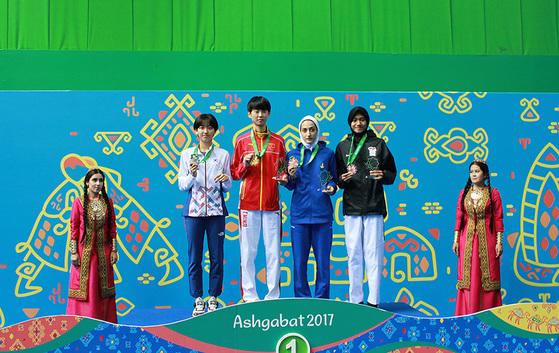 18일 투르크메니스탄 아시가바트에서 열린 아시아실내무도경기대회 태권도 여자 46kg급에서 은메달을 딴 한나연(왼쪽에서 둘째). [사진 대한체육회]
