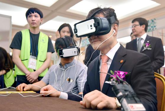 박능후 보건복지부 장관(앞줄 오른쪽)이 18일 서울 삼성동 코엑스에서 치매 체험을 하고 있다. [뉴시스]