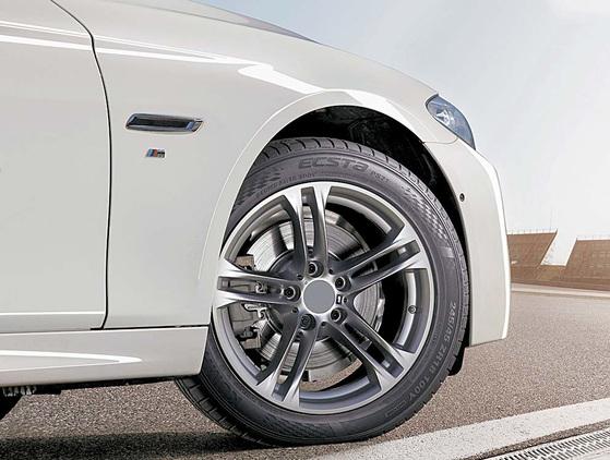 수백마력 이상의 고성능 차량들에게 초고성능 타이어 사용은 선택이 아닌 필수다. 차량의 잠재된 성능을 이끌어낼 수 있는 것은 물론, 탑승자의 안전까지 타이어가 책임지기 때문이다. [사진 금호타이어]