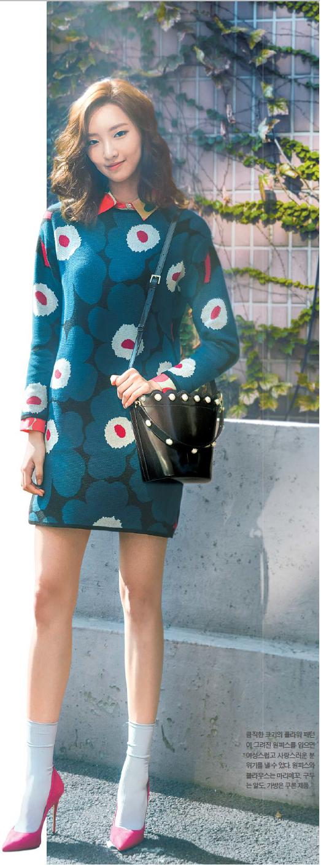 큼직한 크기의 플라워 패턴이 그려진 원피스를 입으면 여성스럽고 사랑스러운 분위기를 낼 수 있다. 우너피스와 블라우스는 마리메꼬, 구두는 알도, 가방은 쿠론 제품.