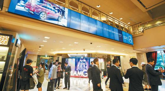 지난 5월 KCC오토의 벤츠 신규 고객들이 벤츠 홍보 영상으로 장식된 샤롯데씨어터에서 뮤지컬 '드림걸즈'를 보기 위해 기다리고 있다. [사진·KCC오토]