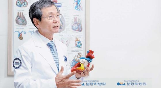 분당차병원 흉부외과 장병철 교수가 심장 구조 조형물로 심장세동의 발병 기전을 설명하고 있다. [사진: 프리랜서 김정한]