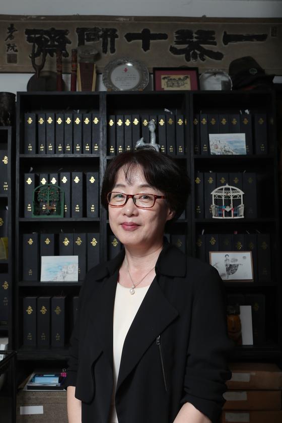 서울 동숭동 '춤' 사무실에서 만난 조은경 주간. 1976년부터 한 달도 거르지 않고 매달 발간한 '춤'이 뒤 책장에 꽂혀있다. 최정동 기자