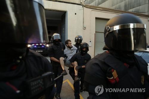카탈루냐 분리독립 주민투표 용지를 압수한데 항의하던 시위대를 경찰이 체포하고 있다. [AFP=연합뉴스]