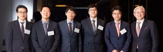 서경배과학재단이 한국인 신진과학자 5명을 선발, 연구비를 지원한다. 재단은 18일 연구비 증서 수여식을 했다. 왼쪽부터 강찬희·김도훈·최규하·임정훈·이정호 교수, 서경배 이사장. [사진 아모레퍼시픽]