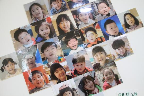 두산 그룹이 직장 보육시설로 운영하고 있는 경남 창원의 미래나무어린이집 내부 벽에 걸려 있는 아이들의 사진. 위성욱 기자