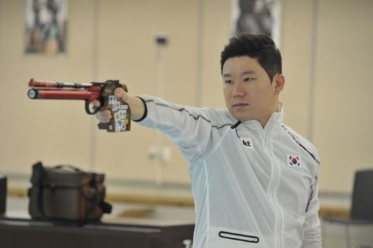 진종오가 21일 청주종합사격장에서 열리는 제26회 경찰청장기에 출전한다. 진종오는 2016년 리우 올림픽에서 50m권총 3연패를 이뤄내며 '사격의 신'이라 불린다. 사진=대한사격연맹