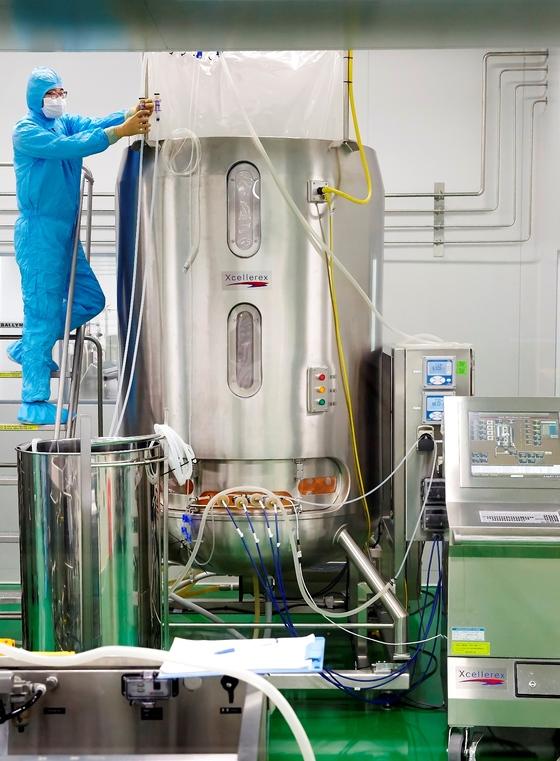 경북 안동의 SK케미칼 백신공장에서 한 직원이 2000리터짜리 대형세포 배양기를점검하고 있다. [사진 SK케미칼]