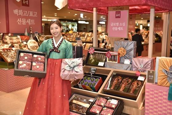 롯데백화점 서울 소공동 본점에서 모델이 추석 선물세트를 선보이고 있다. [사진 롯데백화점]