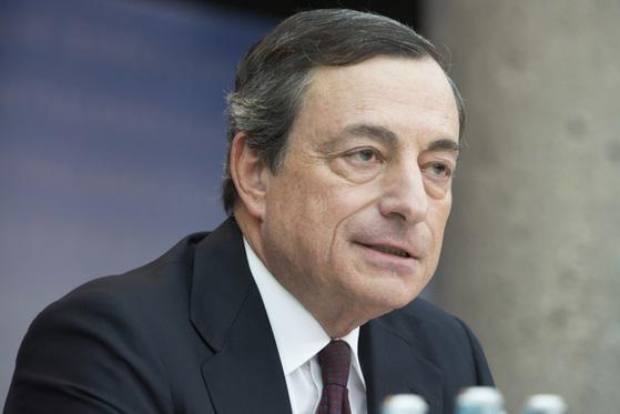 """마리오 드라기 유럽중앙은행(ECB) 총재는 지난 7일 """"다음달 통화정책회의에서 통화완화 정책에 대한 조정이 이뤄질 수 있을 것""""이라고 밝혔다. [중앙포토]"""