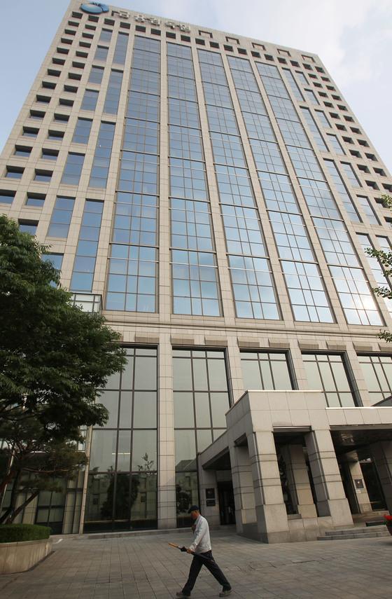 부산저축은행 비리 사건을 수사하고 있는 검찰이 6월 1일 서울 여의도 금융정보분석원장을 압수 수색했다. 사진은 금융위원회가 있는 여의도 금융감독원 건물