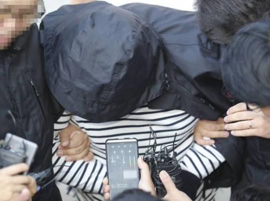20일 오후 청주 흥덕경찰서에서 20대 여성을 살해한 혐의(살인)로 긴급 체포된 A씨(32)가 취재진의 질문에 침묵하고 있다. [연합뉴스]