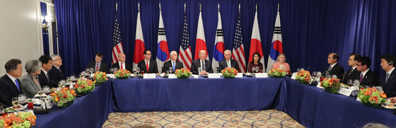 """도널드 트럼프 미국 대통령이 21일(현지시각) 문재인 대통령(왼쪽), 아베 신조 일본총리(오른쪽)와 미국 뉴욕 롯데 팰리스 호텔에서 '한·미·일' 정상 회담을 겸한 업무오찬을 하고 있다. 트럼프 대통령은 """"북한의 핵개발 자금원을 끊겠다""""며 세컨더리 보이콧을 포함한 대북 전면 제재안을 발표했다.[연합뉴스]"""