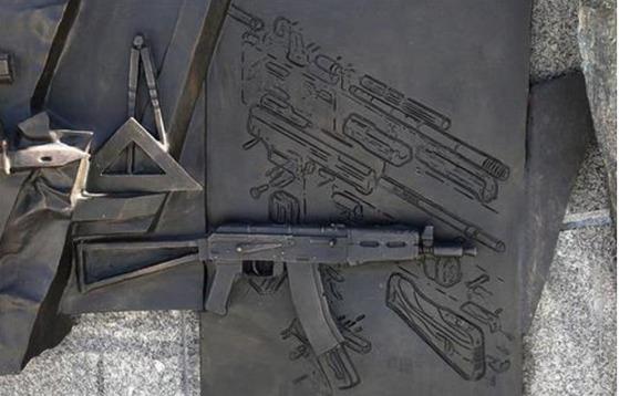 칼라슈니코프 기념 동상에 새겨진 독일 소총 설계도. 현재는 제거된 상태다.[연합뉴스]