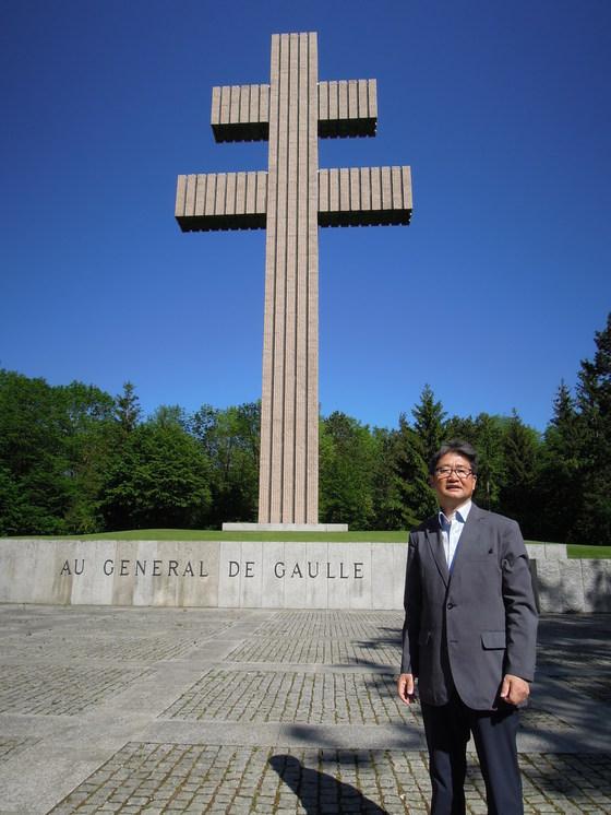 드골 기념관 앞에 있는 '로렌의 십자가'. 드골 장군이 런던 망명 시절에 이끈 '자유 프랑스 '를 상징한다. 그 옆은 박보균 대기자.