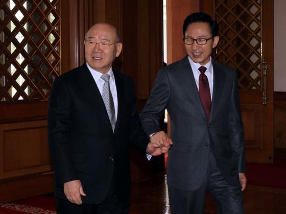 이명박 전 대통령이 재임 중이던 2010년 4월 청와대에서 전직 대통령 오찬에 참석하기 위해 본관에 도착한 전두환 전 대통령을 영접하고 있다.