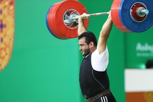 소흐랍 모라디가 23일(현지시간) 투르크메니스탄 아시가바트에서 열린 아시아실내무도경기대회 역도 남자 94㎏급 경기에서 세계신기록을 세웠다. [사진 아시아올림픽평의회 제공]