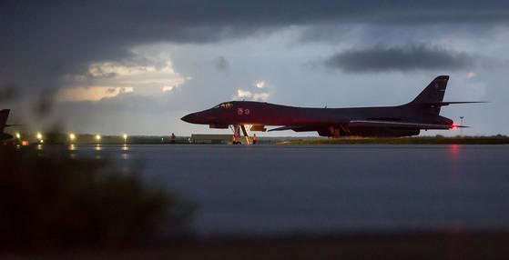 미국 공군 B-1B 랜서 전략폭격기가 23일 괌 앤더슨 공군기지에서 북한 동해상으로의 출격에 앞서 대기하고 있다.[미 공군]