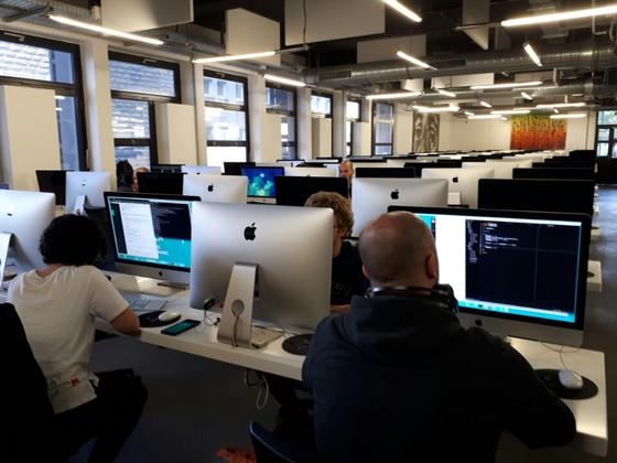 프랑스의 IT 전문 교육기관 '에꼴42'의 강의실은 마치 거대한 PC방처럼 백여대의 컴퓨터만이 차리하고 있다. [김도년 기자]