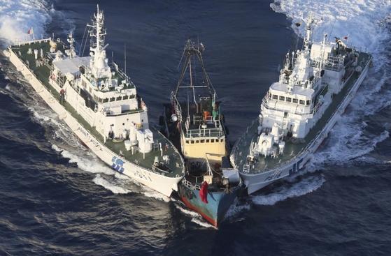 센카쿠 제도 근처 해역에서 일본 순시선에 중국 어선과 충돌하고 있다. [사진 교도통신]