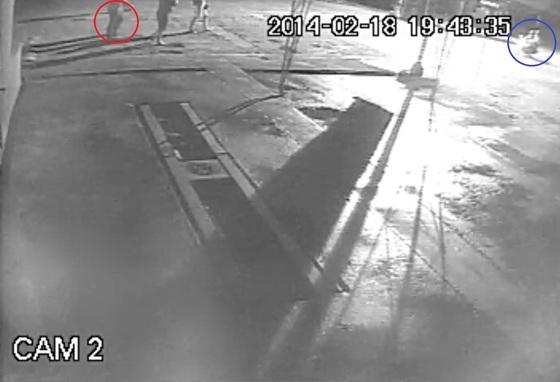 2014년 2월 필리핀 한국인 관광객 허모씨(붉은색 원 안)에게 필리핀인 살인청부업자 2명(파란색 원 안)이 오토바이를 타고 접근하고 있다. [사진 서울경찰청 국제범죄수사대]