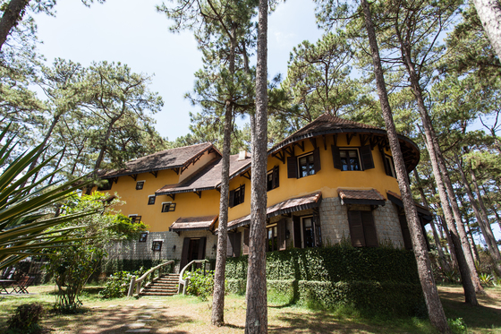 노란색 외벽과 진갈색 지붕이 인상적인 아나 만다라 빌라. 프랑스인들이 쓰던 빌라 17채를 72개 객실로 만들어 운영한다.