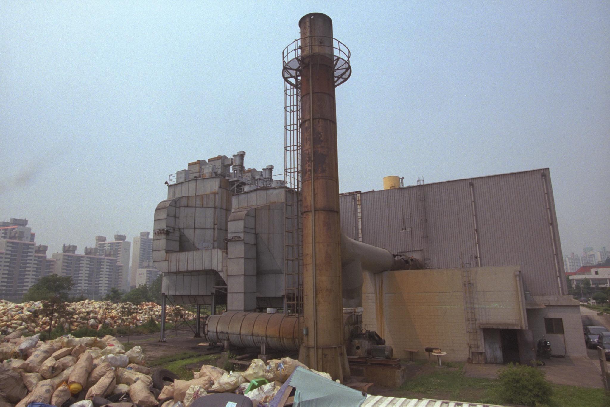 1990년대 후반 다이옥신 과다 배출 논란으로 쓰레기소각장들이 가동 중단되는 사례가 종종 있었다. 사진은 당시 경기도 지역의 한 소각장 모습. [중앙포토]