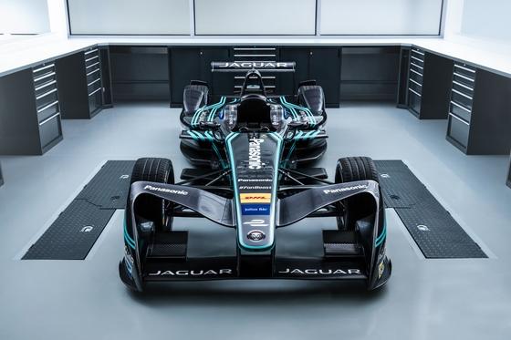 FIA 포뮬러E에 참가하고 있는 전기 레이스카 'I-TYPE'은 최고 시속 225㎞, 제로백 2.9초다. [사진 재규어]