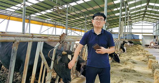 사물인터넷(IoT)을 활용해 충남 예산군에서 소 120마리를 키우는 조상훈 영훈목장 대표가 IoT 작동 원리를 설명하고 있다. 소의 위에 IoT 캡슐을 넣어 스마트폰으로 질병과 건강 상태를 점검하고 있다. [김동호 기자]