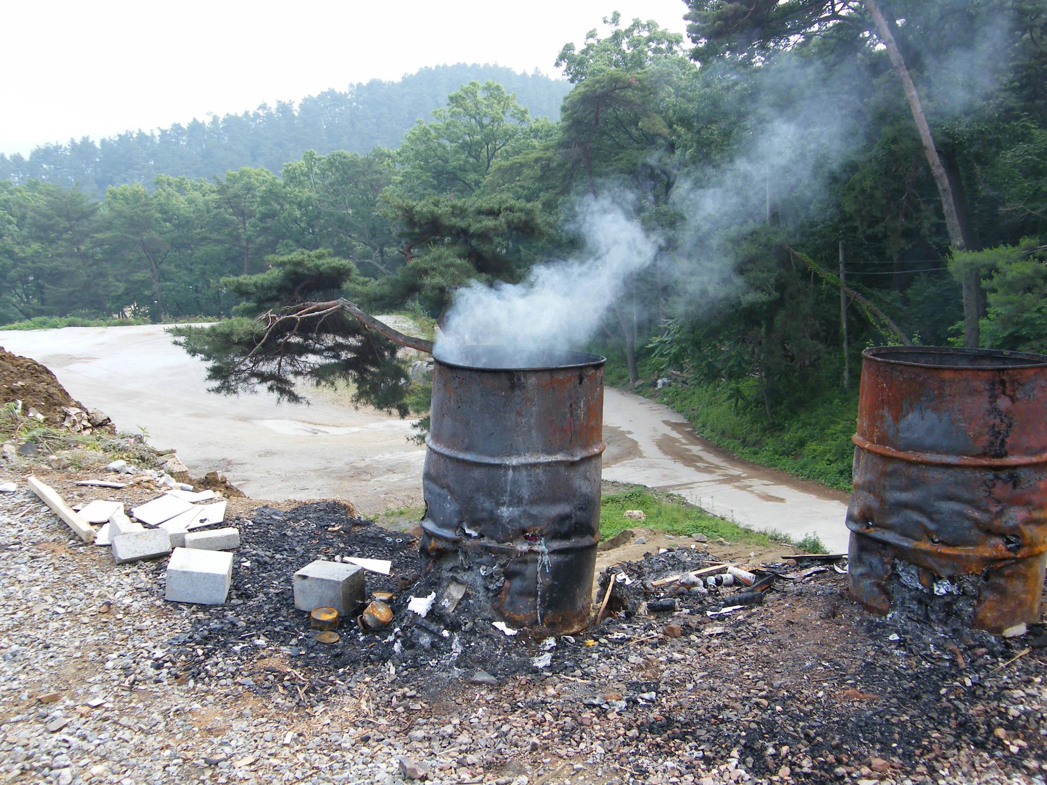 쓰레기를 태울 때 미세먼지뿐만 아니라 다이옥신 등 유해물질이 배출된다. 불법 소각을 하지 않아야 하는 이유다. [사진 중앙피토]