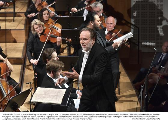 스위스 루체른 페스티벌에서 루체른 페스티벌 오케스트라를 지휘하고 있는 리카르도 샤이. 오케스트라 창립자인 지휘자 클라우디오 아바도의 뒤를 이어 2015년 취임했다. [사진 빈체로/Peter Fischli]