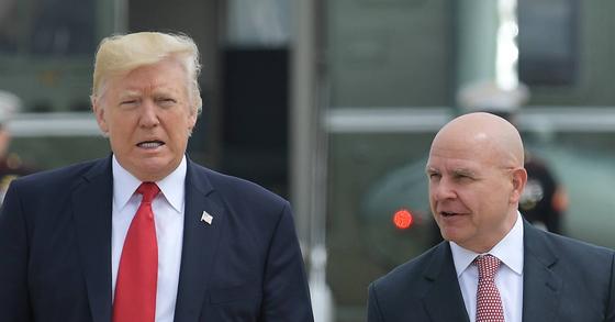 트럼프 대통령(왼쪽)과 맥매스터 보좌관. [AFP=연합뉴스]