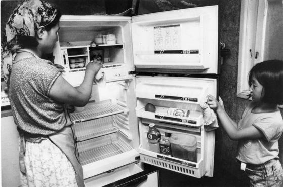 냄새 밴 냉장고를 청소하는 건 고역이다. [중앙포토]