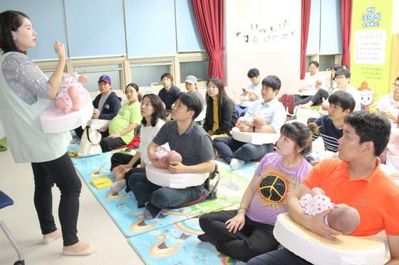 지난 21일 용인시 기흥구보건소에서 열린 아빠 육아학교에 참가한 참석자들이 모유수유 수업을 듣고 있다. [사진 용인시]