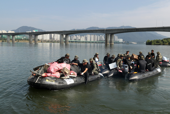 26일 오후 서울 강동구 강동대교 부근에서 특전사 한강 수중정화활동이 실시됐다. 장진영 기자