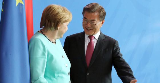 문재인 대통령과 앙겔라 메르켈 독일 총리 자료사진. [중앙포토]