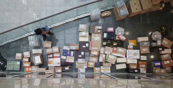 추석 연휴를 나흘 앞둔 26일 오후 국회 의원회관 로비에 의원실로 배달된 선물 등이 쌓여 있다. [사진 연합뉴스]