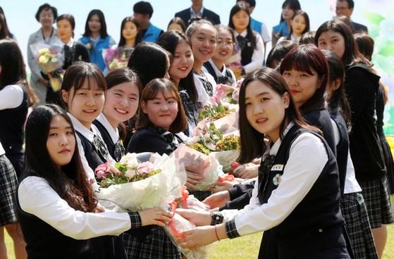 이화여자고등학교 2학년 후배들(세로 줄 오른쪽)이 26일 자신들이 직접 만들 꽃다발을 고 3 선배들에게 전달하고 있다.김상선 기자